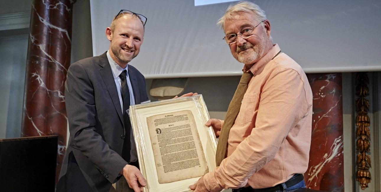 Bjarne Reuter modtager Bibelselskabets pris.