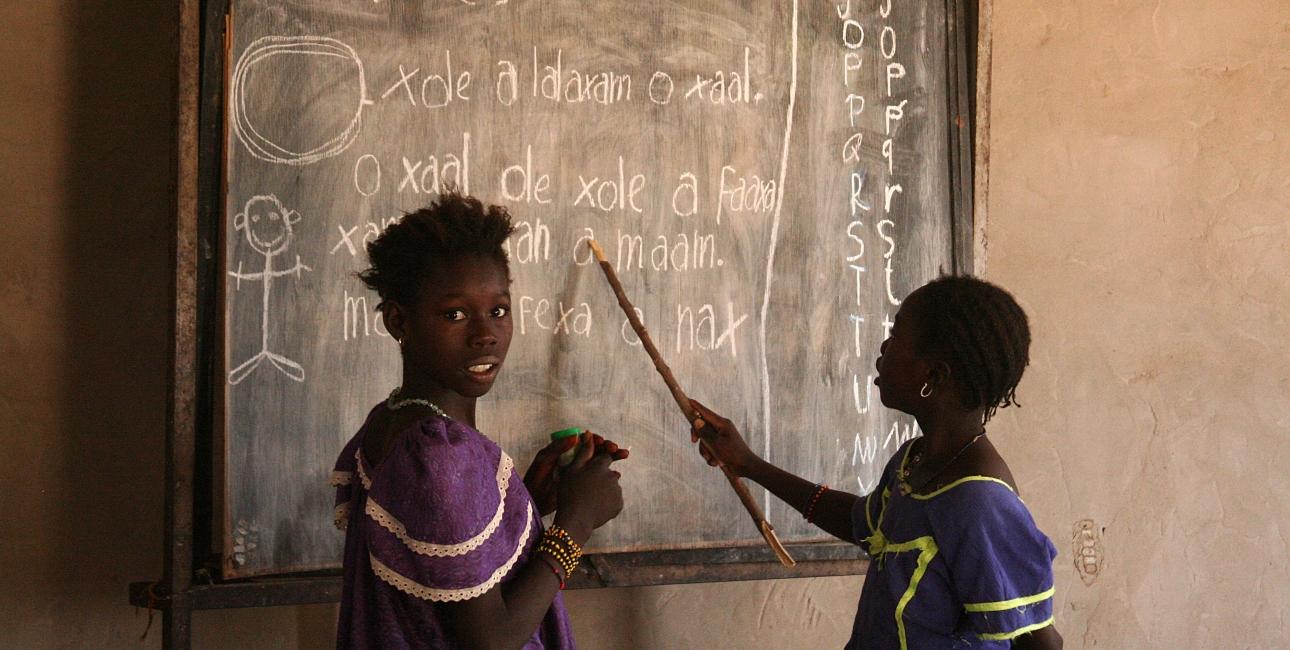 Læsetræning, her i Senegal, støttet af landets bibelselskab. Her ses 2 elever i læseskole i Dagadaoud, Senegal. Foto: Joaquim Dassonville