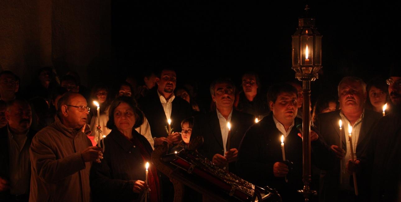 """I ortodokse menigheder fejres Jesus' opstandelse med midnatsgudstjeneste påskelørdag. Efter midnat går menigheden i procession udenfor og råber """"Kristus er opstanden! - ja, han er sandelig opstanden!"""" gentagne gange. Foto: Klearchos Kapoutsis, Wikimedia Commons."""