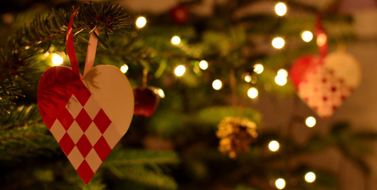 """De flettede julehjerter er en gammel, dansk juletradition. Foto: Colourbox.""""Hjerter er et tegn på kærlighed, og de er en uundværlig del af den danske jul. Om det så skyldes, at de minder os om Jesus' fødsel eller om kærlighed og familiesammenhold er ikke til at sige. Men der er ingen tvivl om, at julen er hjerternes fest"""", siger juleinsprektør Jens Ingvordsen fra Den Gamle By. Foto: Colourbox."""