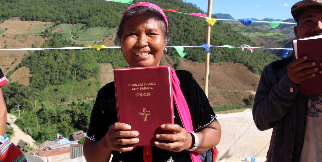 Glæden var stor hos de fremmødte, da Wa-folkets bibel blev uddelt. Foto: De Forenede Bibelselskaber.