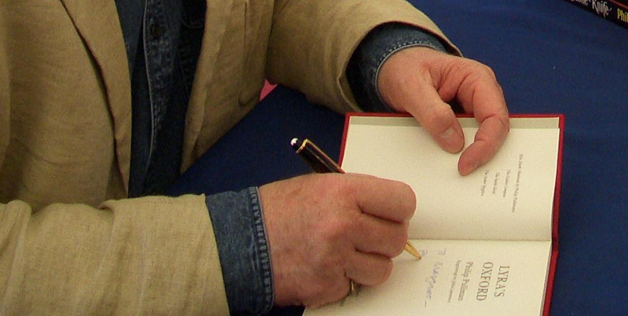 Philip Pullman signerer bøger. Foto. Adrian Hon.