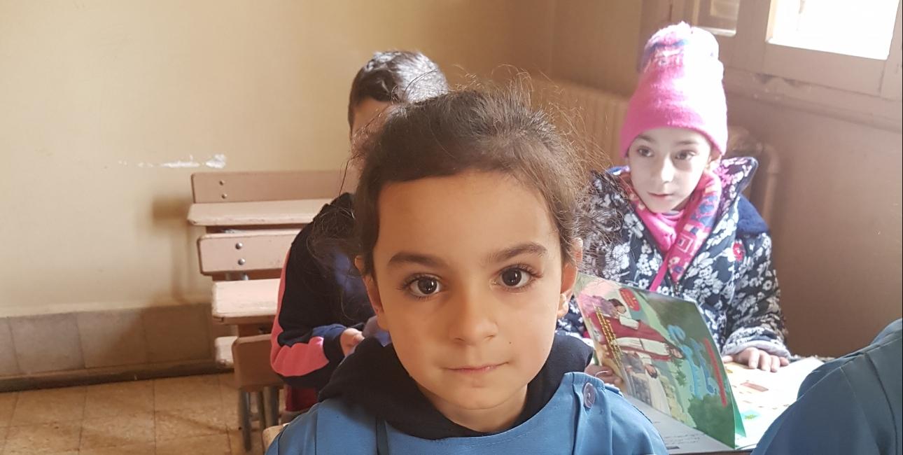 Børn i 1. og 3. klasse på en kristen skole var blandt de heldige, som fik besøg af Bibelselskabet op til jul. Dette var lige efter kampene om Øst-Aleppo var ovre, og Bibelselskabets ansatte kom med kristne aktivitetshæfter og børnebibler. En lille opmuntring i en tung tid. Foto: UBS.