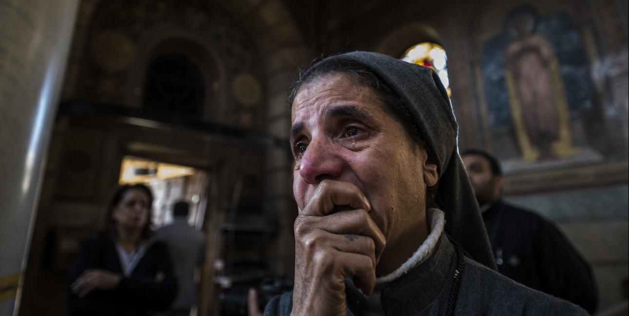 Mange nonner og præster har dybe sår på sjælen efter årevis med krig og terror. De bliver alligevel ved med at hjælpe andre. På billedet er det en nonne i Egypten, som overvældes efter et terrorangreb. Foto: Scanpix.