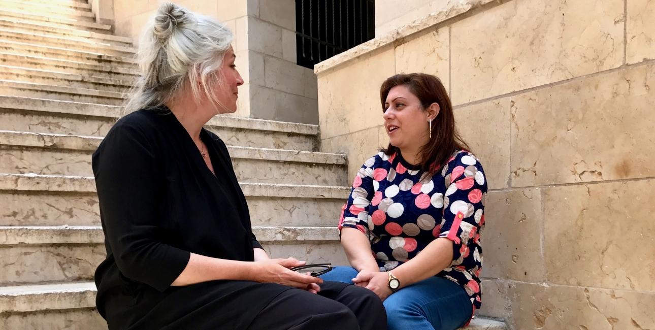 International chef Synne Garff mødte Pauline Ayyad i Betlehem. For ti år siden mistede Pauline sin mand Rami. I dag hjælper hun andre enker med at få livsmodet tilbage. Foto: Maria Dyrlund.