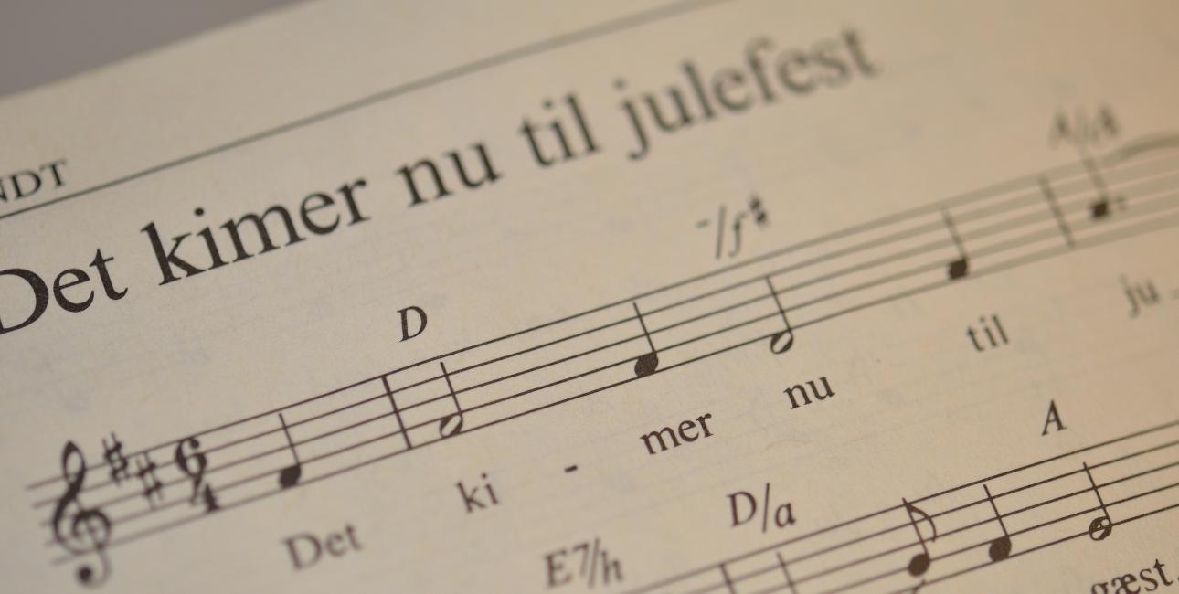 For de fleste danskere er det en fast del af juletraditionerne, at der skal synges salmer, når det er jul. Både i kirken og rundt om juletræet derhjemme. Foto: Colourbox