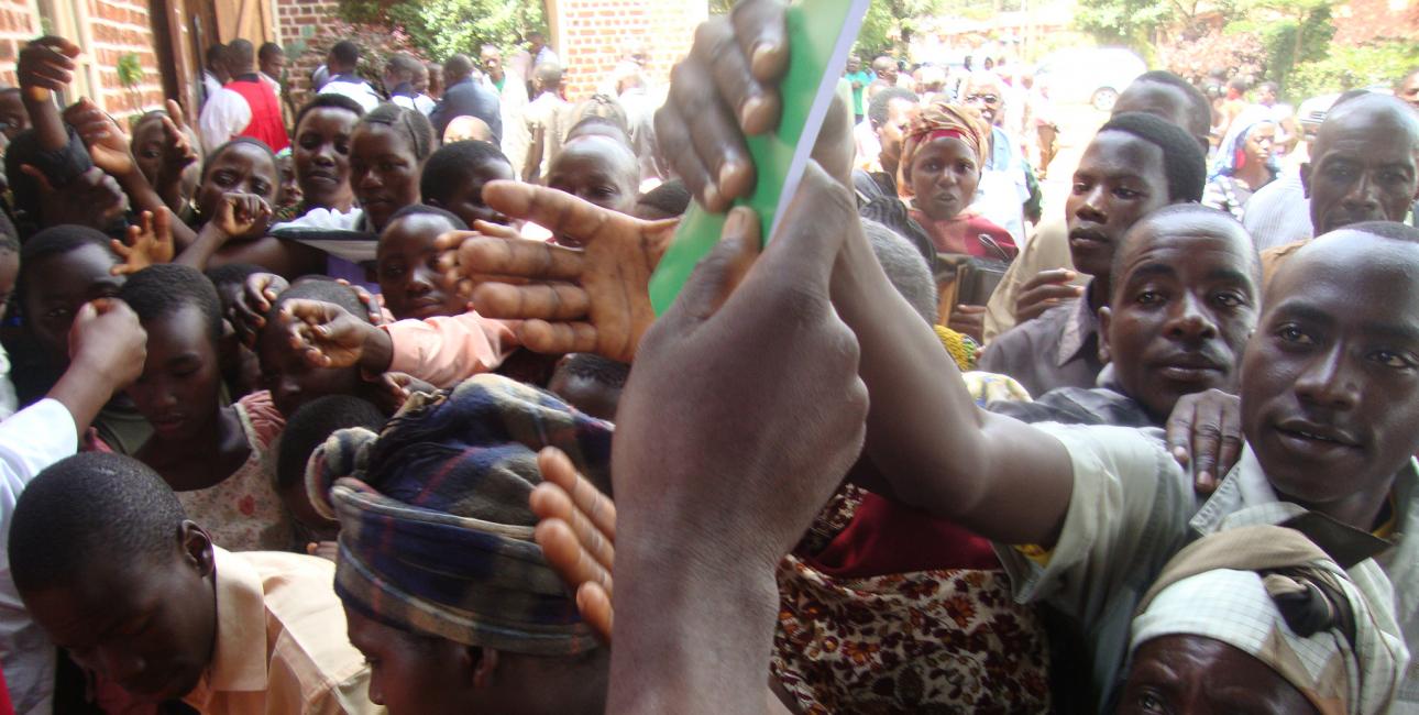I Tanzania var der trængsel, da endnu en bibel på lokaldialekt for nylig blev udgivet. Foto: De Forenede Bibelselskaber