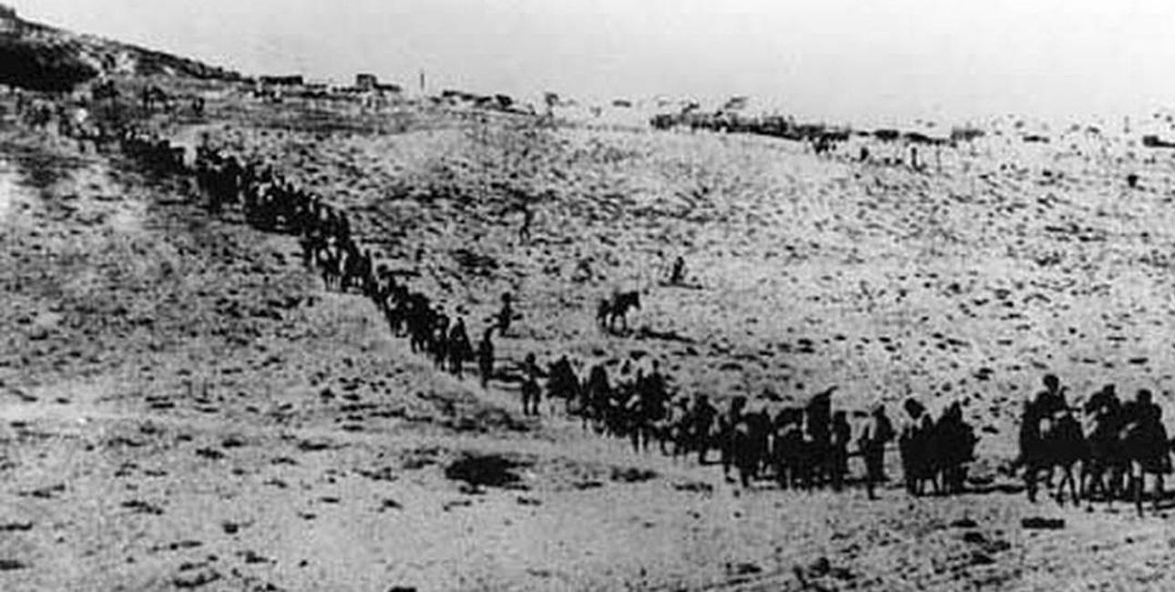 I 1915 deporterede osmannerne det armenske folk til ørkenen. Mange kvinder begik selvmord efter at have taget livet af deres børn for at skåne dem for pinslerne. Foto: Armenian Genocide Museum.