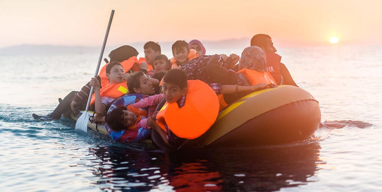 Flygtninge har brug for din hjælp for at komme igennem den svære tilværelse på flugt. Her ses en syrisk familie ankomme til den græske ø, Kos. Foto: Ulrik Pedersen/Scanpix