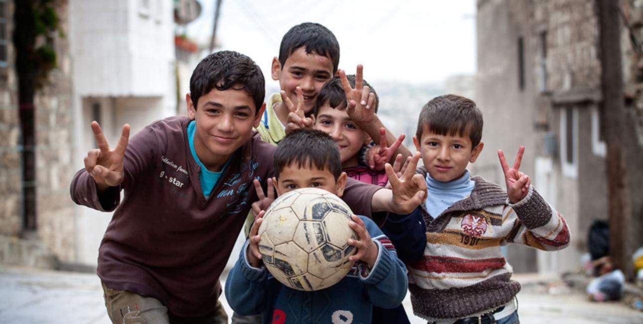 """""""Det, vi har opnået, kan i virkeligheden slet ikke gøres op i tal. Det har skabt forandringer i folks liv!"""" - Direktør, Terry Ascott. På billedet poser flygtninge drenge til kameraet. Foto: Redux"""