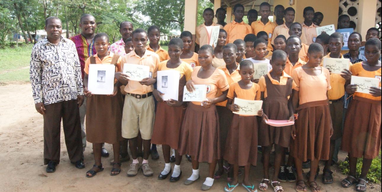 De mange blinde mennesker i Ghana er meget begejstrede og dybt berørte over de udvidede muligheder for at læse Bibelen på blindskrift. Foto: Mary Frank / UBS