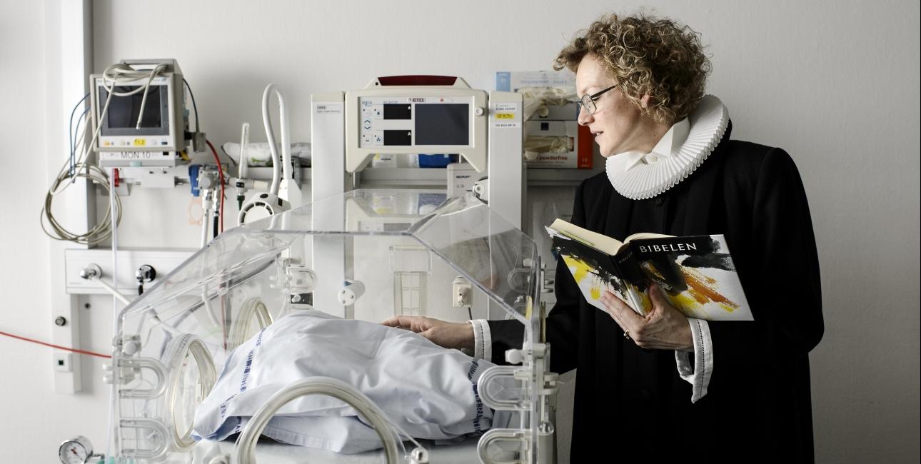 Hospitalspræst Maria Baastrup Jørgensen er ofte blevet tilkaldt for at holde nøddåb. I forbindelse med syge børn melder store og tunge eksistentielle og religiøse spørgsmål sig hos forældrene. Her er Bibelens fortællinger yderst relevante. Foto: Les Kaner