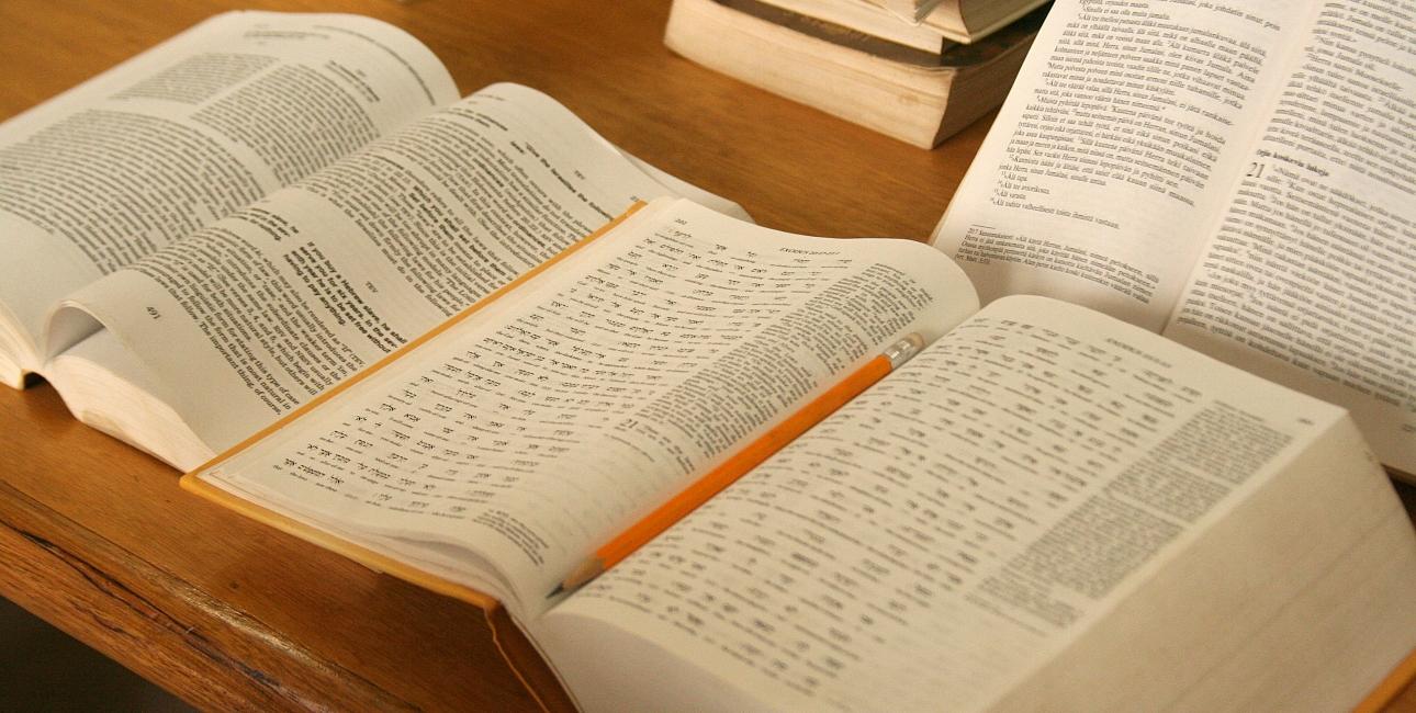 Det sker, at bibeloversættere må mødes i udlandet, da de frygter for chikane, lange fængselsstraffe og for deres liv, fordi de vil gøre Bibelen tilgængelig for mennesker, der ønsker at kunne læse Bibelen på deres eget sprog. Foto: Pulaar-biblenoversætterholdets kontor i Dakar, Senegal - af Joaquim Dassonville, De Forenede Bibelselskaber