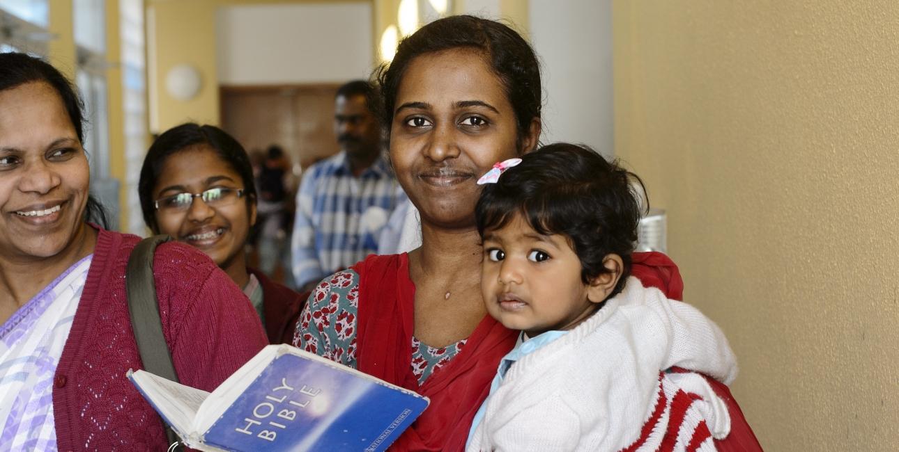 Migrantkvinderne i Qatar arbejder under umenneskelige vilkår. I kirken omsluttes de af fællesskabet, og mange begynder at læse i Bibelen. Foto: Les Kaner