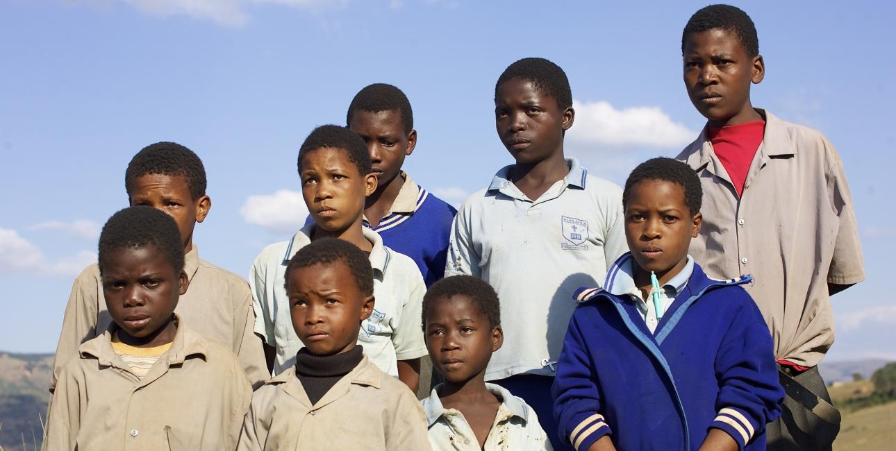 I Swaziland dør 7000 voksne og børn hver år af aids. 125.000 børn er forældreløse som følge af aids. Landet har verdens laveste gennemsnitslevealder: 48,7 år. Disse børn har alle mistet en eller begge forældre. Det hænder, at børn bliver taget ud af skolen, hvis de bliver testet hiv-positive, fordi forældrene frygter mobning og stigmatisering. Sygdommen er et stort tabu i landet. Hiv-ramte børn kan overleve med medicin. Hvis ellers de husker at tage den. Foto: Adam Garff.
