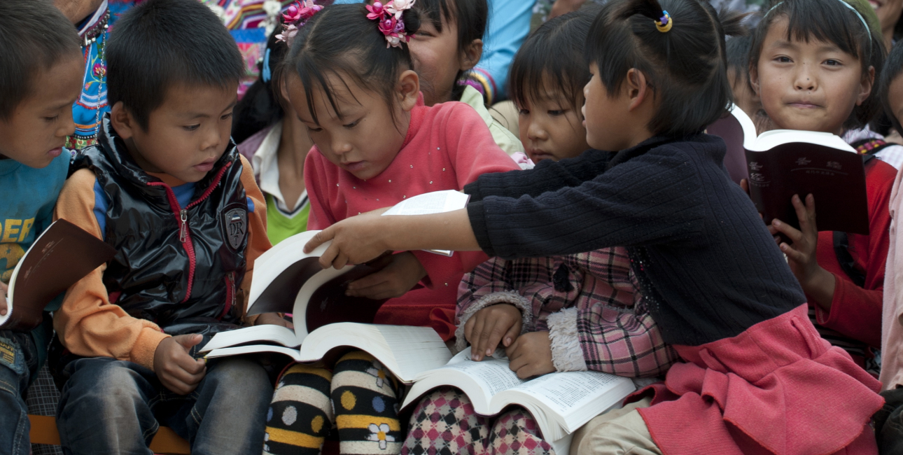 I skolen skal de kinesiske børn lære mandarin allerede fra første klasse. Derefter må de ikke længere tale deres eget sprog i skolen. I kirken og gennem Bibelen fastholder de deres modersmål. Foto: Jared Wong, UBS.