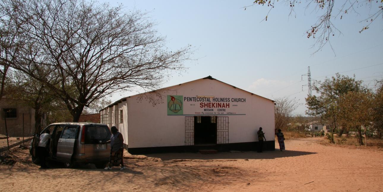 Kirkerne i Afrika er vigtige autoriteter i lokalsamfundet. De har ofte større gennemslagskraft end politikere og andre myndigheder. Kirkene spiller således en stor rolle i blandt andet undervisning og i indsatsen for at påvirke mennesker til at lave et godt liv. Her er det en kirke i det sydlige Zambia. Foto: Christian Riis Kistrup