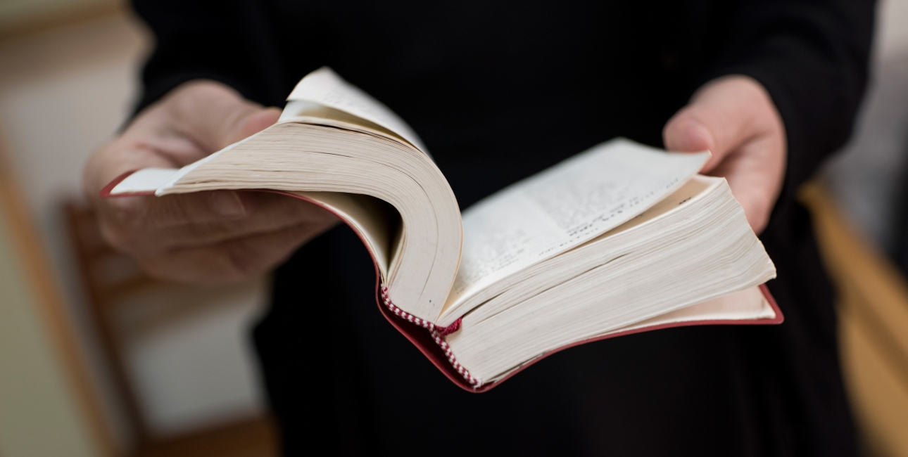 person læser bibelen. Foto: Les Kaner.