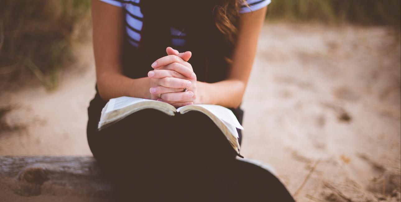 Bøn er et centralt emne i både Det Gamle og Det Nye Testamente. Kilde: Unsplash.