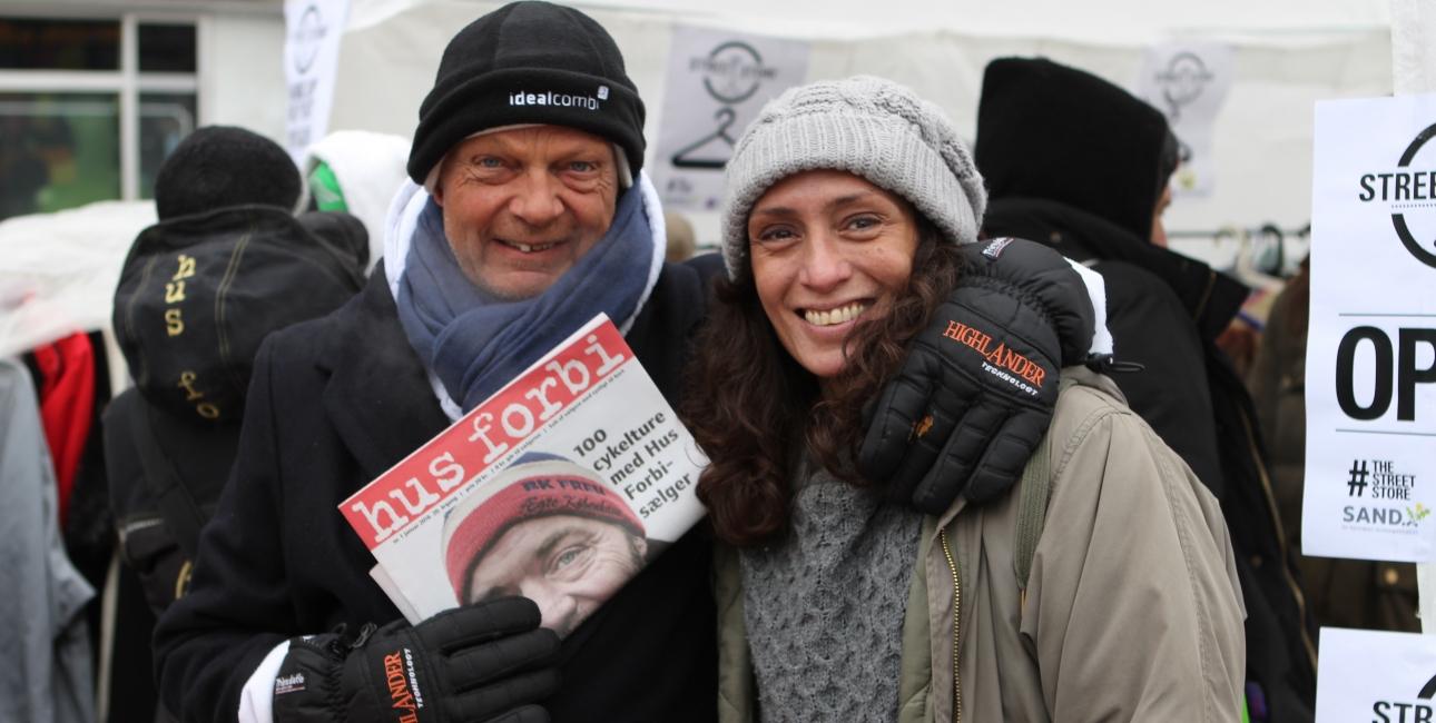 Flere hjemløse tog imod tilbuddet om en bibel, som blev overrakt af Bibelselskabets værtinde Connie Terndrup (th) under en bibeluddeling i vinter. Foto: Jeppe Sloth Carlsen