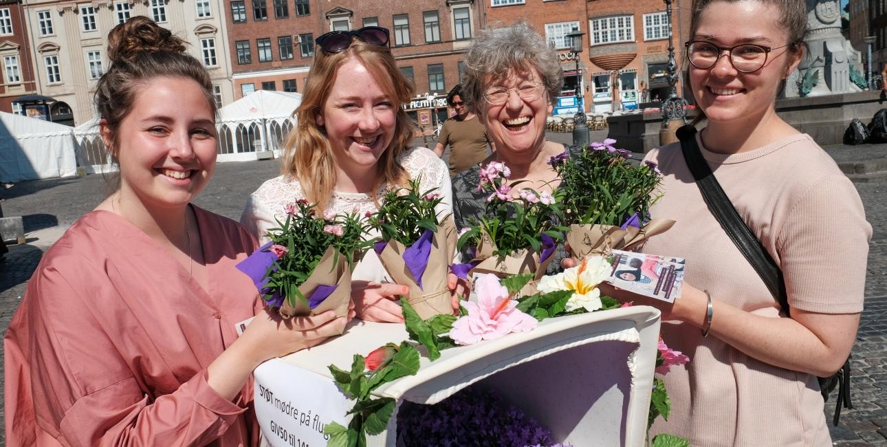 Bibelselskabets ansatte og frivillige inden det gik løs med uddelingen af de 100 forårsblomster. Foto: Rune Hansen.
