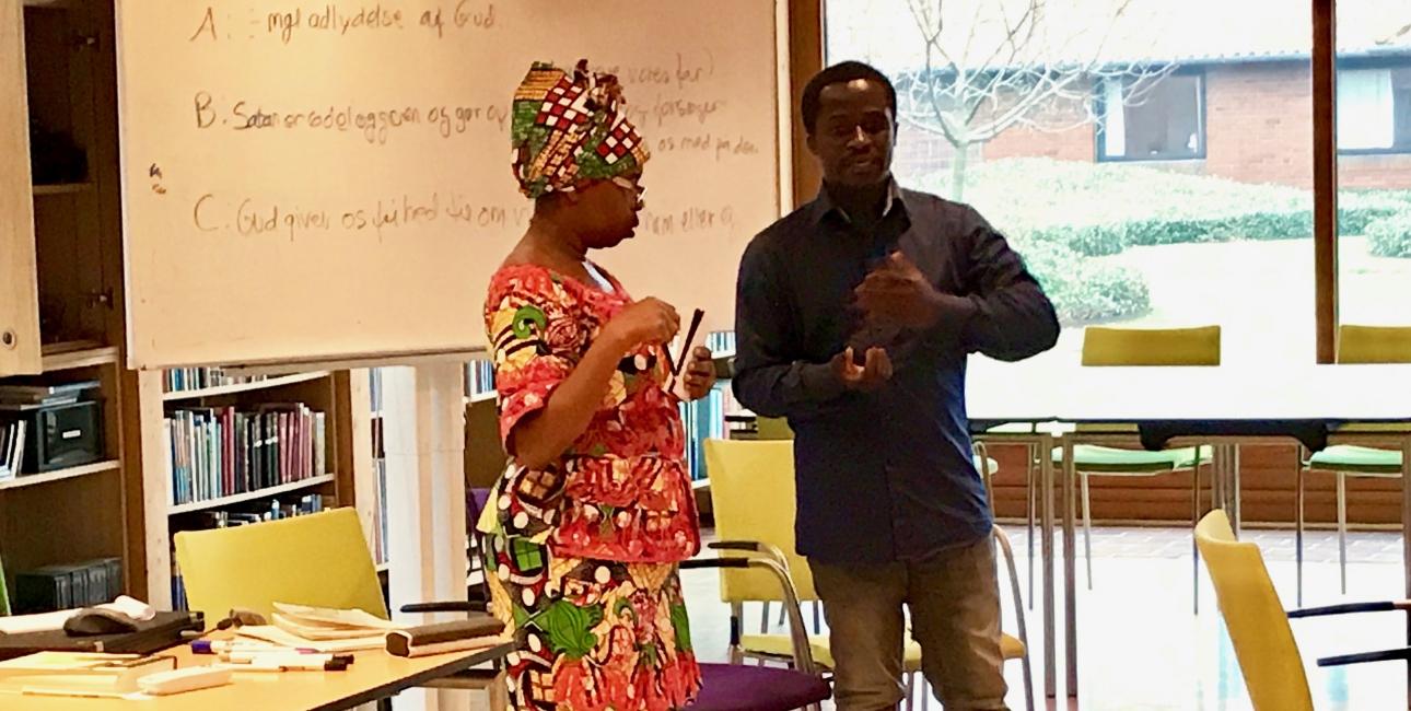 Elalie og Festone ved Bibelsk sjælesorg kursus for folkekirkepræster. Elalie mistede sin datter, mand og svigerforældre i krigen i DR Congo. Nu bor hun i Danmark og kan fortælle om sine oplevelser efter at have været på kursus i bibelsk sjælesorg. Foto: Synne Garff