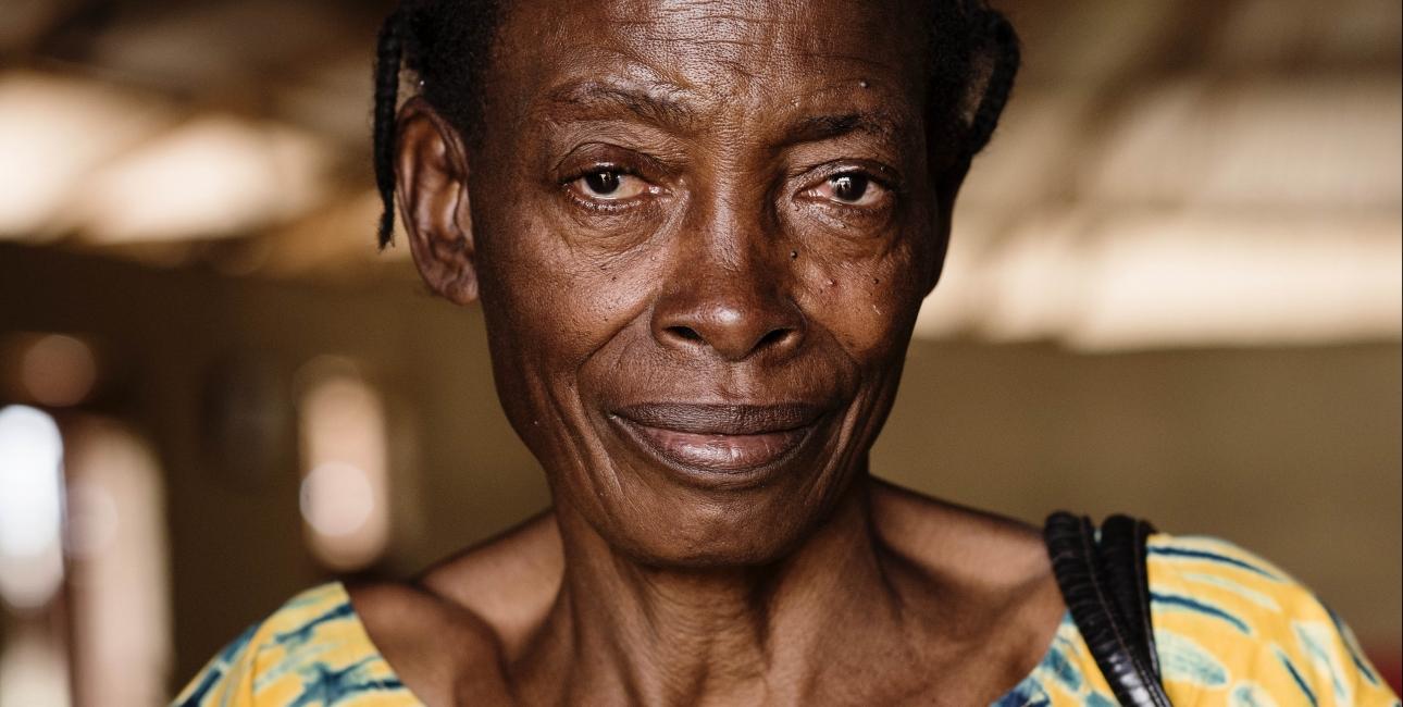 56-årige Elizabeth Lukalu har boet i flygtningelejren Nakivale i 6 år. Hun har deltaget i bibelsk sjælesorg i Pentacostel Church, hvor hun synger i kor og hjælper forældreløse børn. Elizabeth mistede sin mand, blev voldtaget og lemlæstet, og måtte flygte fra hus og hjem. Foto: Les Kaner
