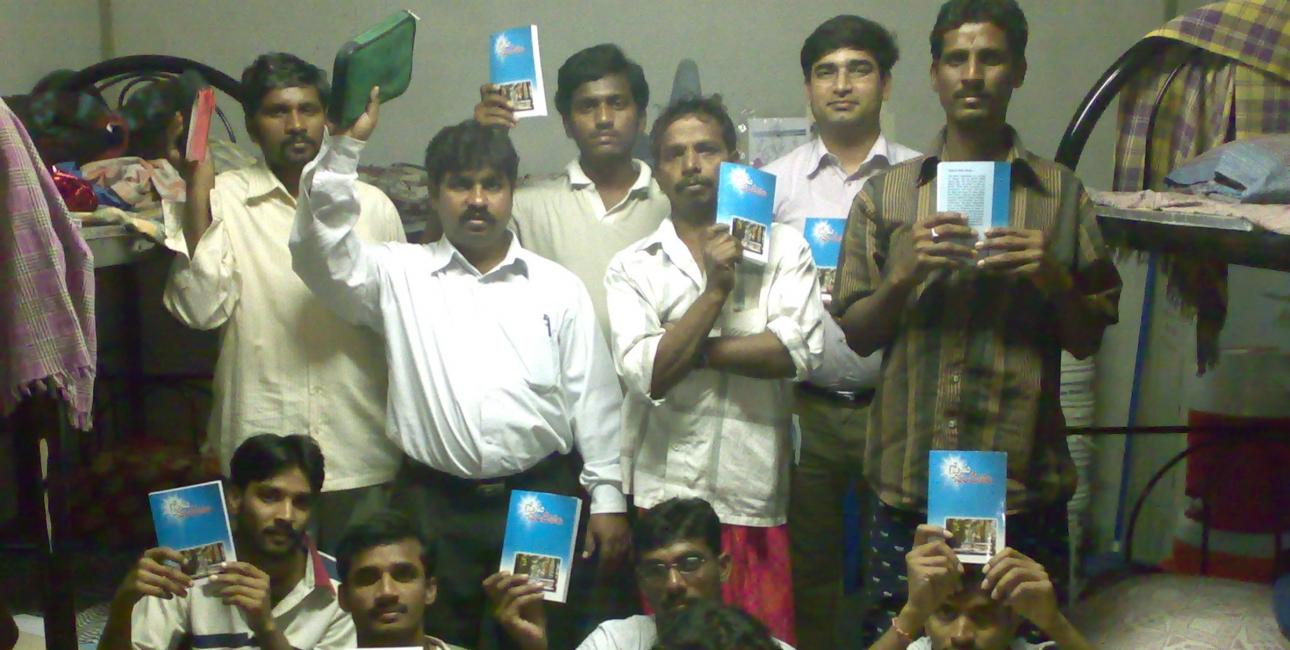 Migrant-arbejder med bibler de har modtaget fra Bibelselskabet i Golf-landene. Foto: Golflandenes Bibelselskab / UBS