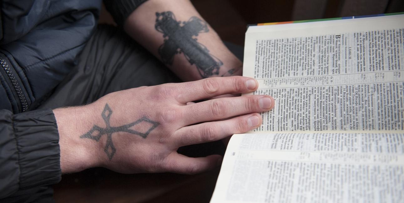 """Tatovering fik ung mand lavet da han blev fængslet: """"Jeg ønsker at Gud skal beskytte mig,"""". Foto: Dag Smemo / UBS"""