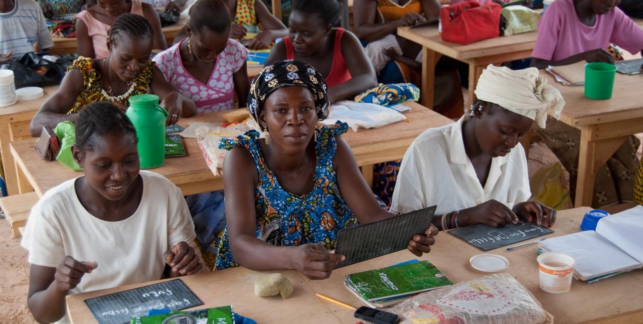 En kirkebaseret klasse i Burkina Faso. Skolen er åben for alle voksne uanset tro. Foto: Joyce Van De Veen / UBS