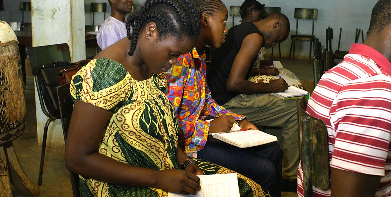 Kvinde til læsetræning i Cameroun. Projekt Ester, igangsat i 2007, har hjulpet flere kvinder, igennem undervisning med udgangspunkt i biblen, med at få håbet tilbage. Foto: Dag Smemo / UBS.