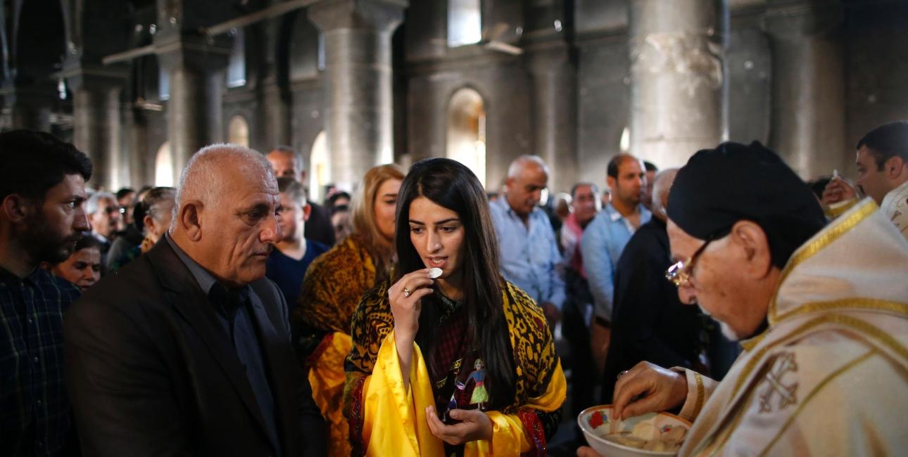 Selvom krigen raser udenfor, og kirken har lidt store skader efter kampe mellem irakiske styrker og Islamisk Stat, mødes kristne irakere til gudstjeneste. Det er gudstjenester som denne, der bliver transmitteret via SAT-7s kanaler. Foto: Scanpix / Ahmad Gharabli.