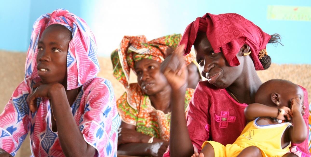 Læsetræningskurserne, hvor analfabeter lærer at læse og skrive ved hjælp af Bibelen, henvender sig ikke mindst til kvinder, der dermed udrustes med almen viden om sundhed mv. Her ses studerende ved et læsetræningskursus i Ngohé presbyterianske kirke, Senegal. Foto: Joaquim Dassonville / USB