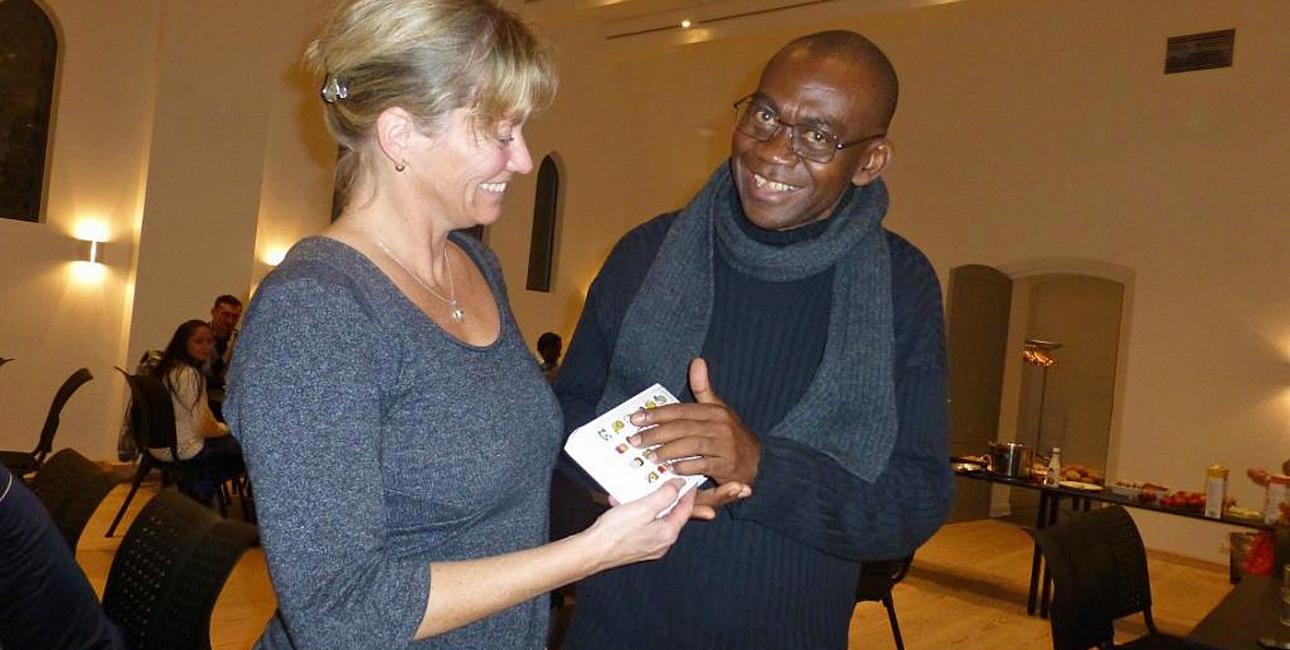 """""""Asylansøgerne kom helt uopfordret og spurgte, om jeg kunne skaffe en bibel. De første to købte jeg selv, men jeg kunne godt se, at behovet var større end det. Senere fik vi derfor bibler fra Bibelselskabet. Jeg kunne mærke på asylansøgerne, hvor vigtigt det var"""", fortæller sognepræst Ulla Thorbjørn Hansen (tv). Privatfoto"""