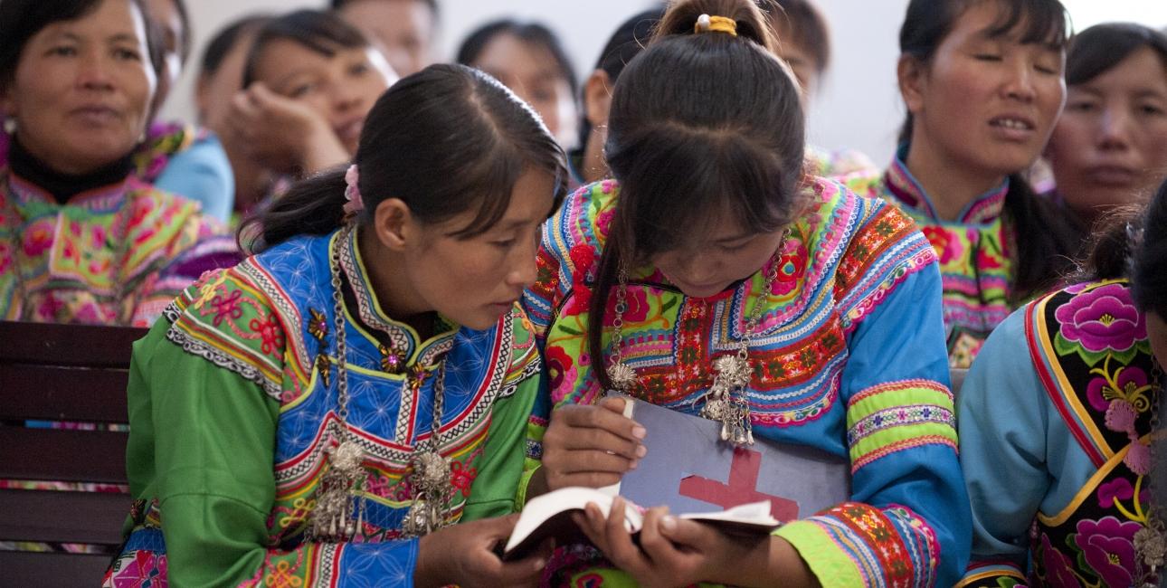 Tidligere så Han-kineserne ned på Miao-kinesere, men meget har forandret sig til det bedre. Nu forenes kinesere over Bibelen. Det er ikke ualmindeligt, at Han-kinesere og Miao-kinesere beder og synger sammen. Foto: UBS.