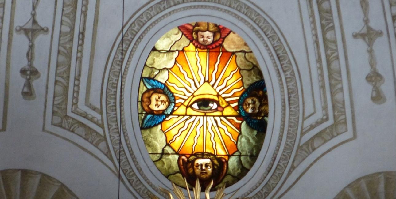 Guds øje, over alteret i Lucerne kirken i Schweiz. Foto: Studio1521, Wikimedia Commons.