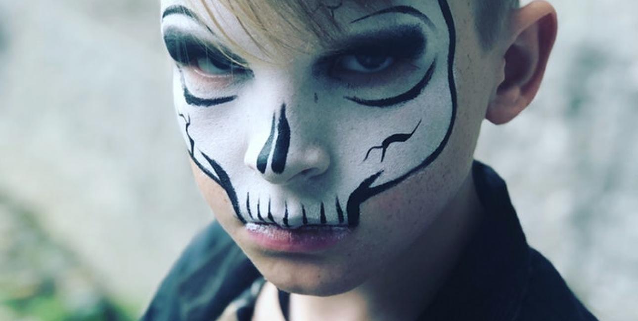 Dreng malet som et skelet til Halloween. Det er oplagt at arbejde med lys og mørke til halloween. Foto: Unsplash.