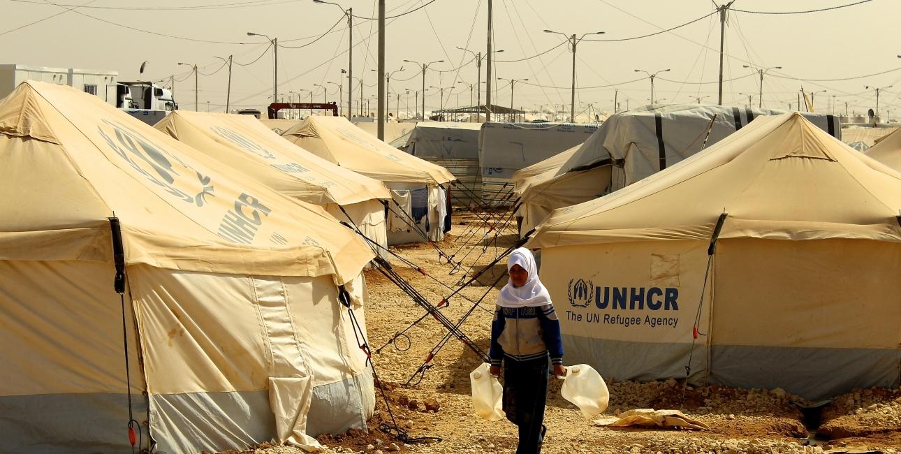 Flygtninge pige henter vand i FN-lejre, Jordan. Foto: Lotte Lyng.