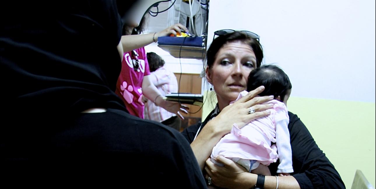 Synne Garff med Jordansk flygtninge-barn. Foto: Lotte Lyng og Synne Garff.