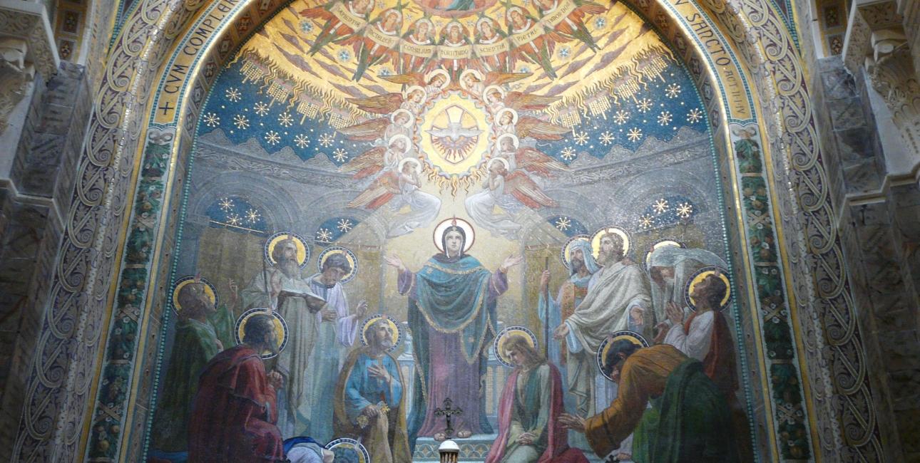 Helligånden kommer ned som en due og sender sin flamme ind i de kristne. Mosaik fra Rosenkrans-basilikaen i Lourdes, Frankrig. Fra Wikimedia Commons.