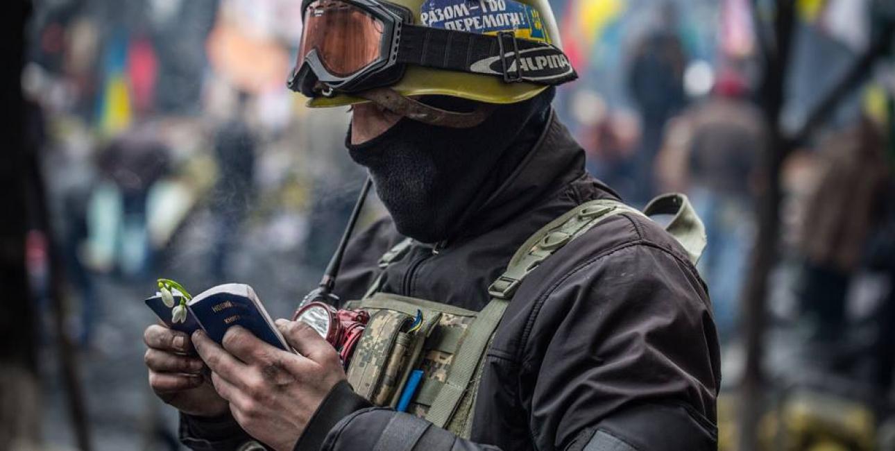 Soldat læser i Ny Testamente. Foto: De Forenede Bibelselskaber