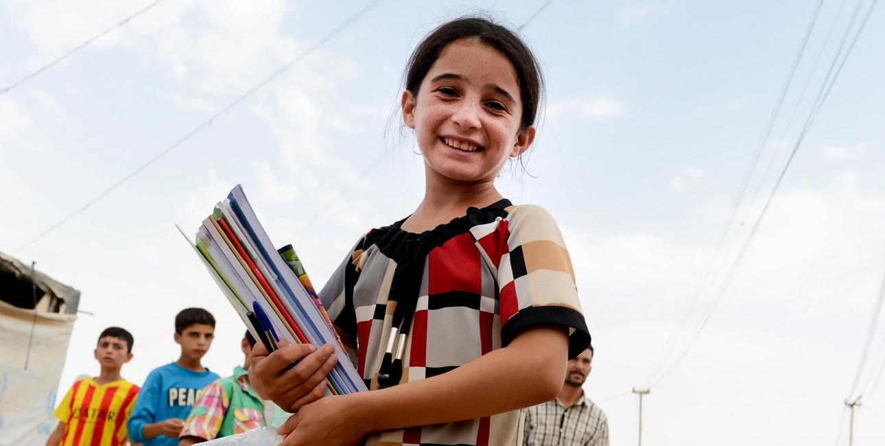 Pige fra Mellemøsten med bøger under armen. Foto: Sat-7
