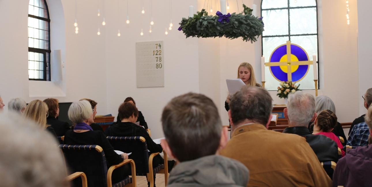 De mange kirkegængere fik en anderledes oplevelse af De Ni Læsninger, fordi ordene, som noget nyt, blev læst fra Bjarne Reuters genfortælling. Foto: Bo Nygaard Larsen.