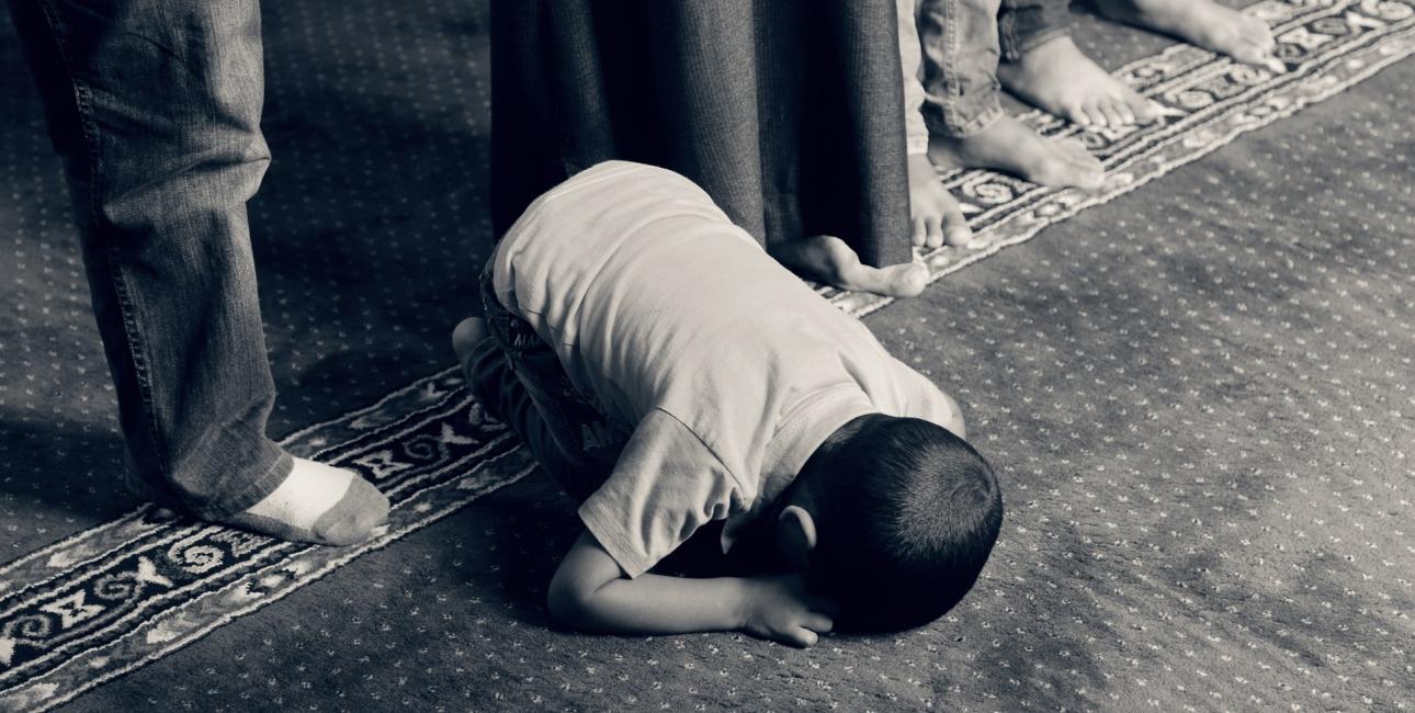 Muslimsk dreng i bøn. Foto: Pixabay.
