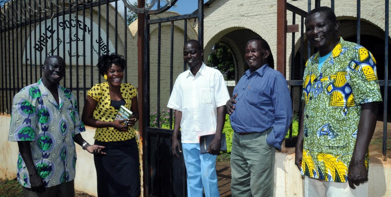 Der var stor glæde da Bibelen kunne udgives på mabaan – et sprog, som tales i Sydsudan. Her ses en del af holdet bag bibeloversættelsen. Foto: De Forenede Bibelselskaber.