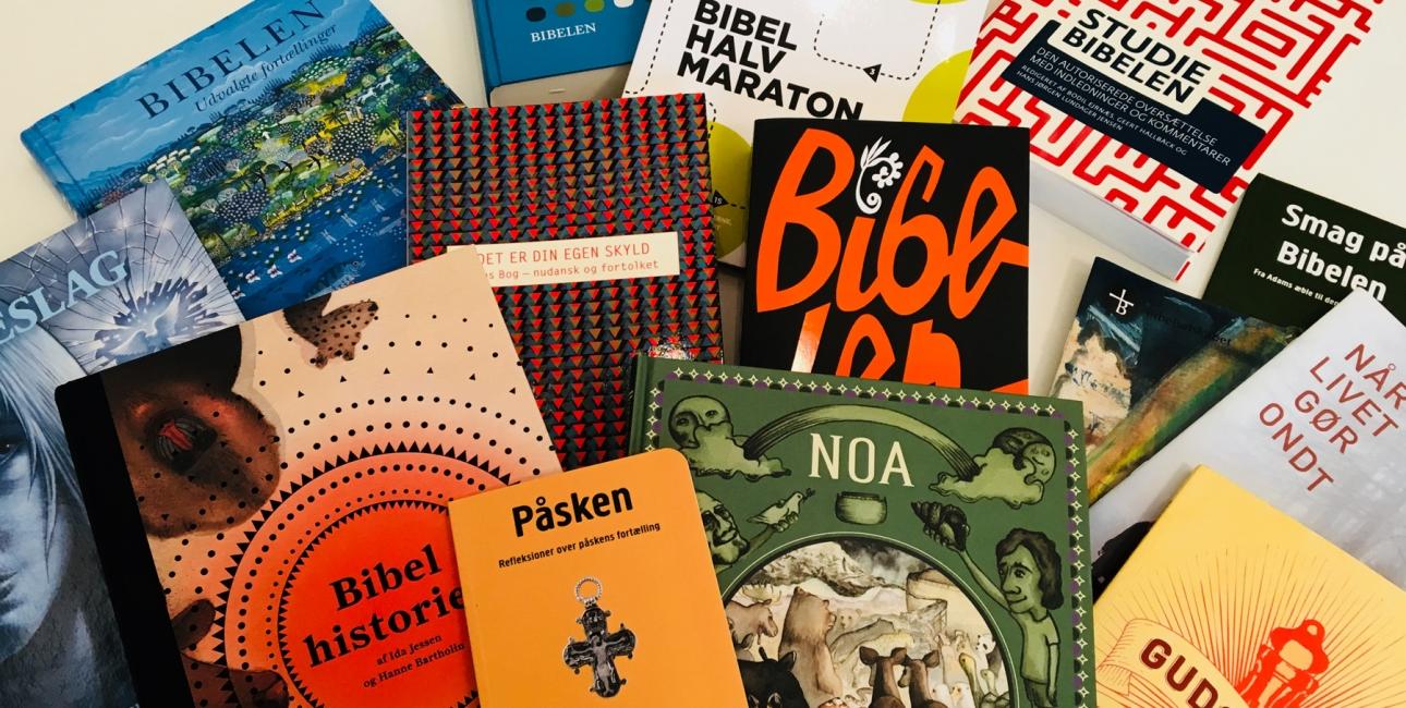 Bøger fra Bibelselskabets forlag. Foto: Bibelselskabet.