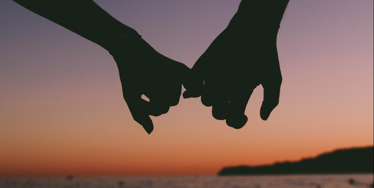 Et par holder i hånd. Foto: Valentin Antonucci, Unsplash.