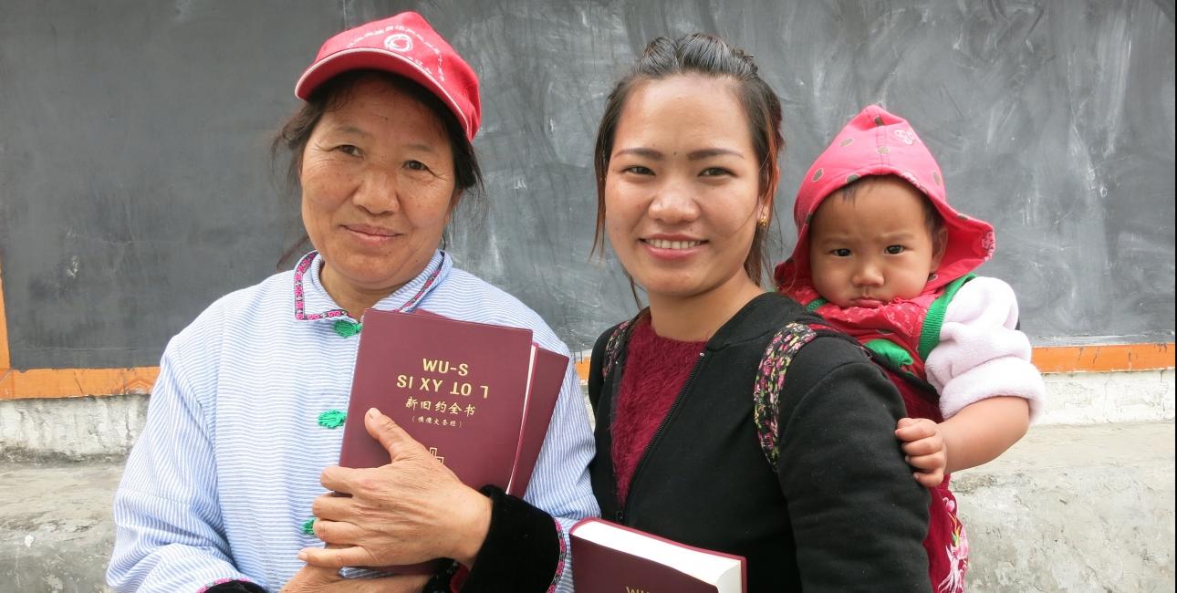 Kina, kvinder med bibler. Foto: De Forenede Bibelselskaber