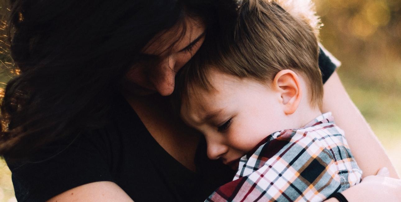 Barn bliver trøstet. Foto: Unsplash.