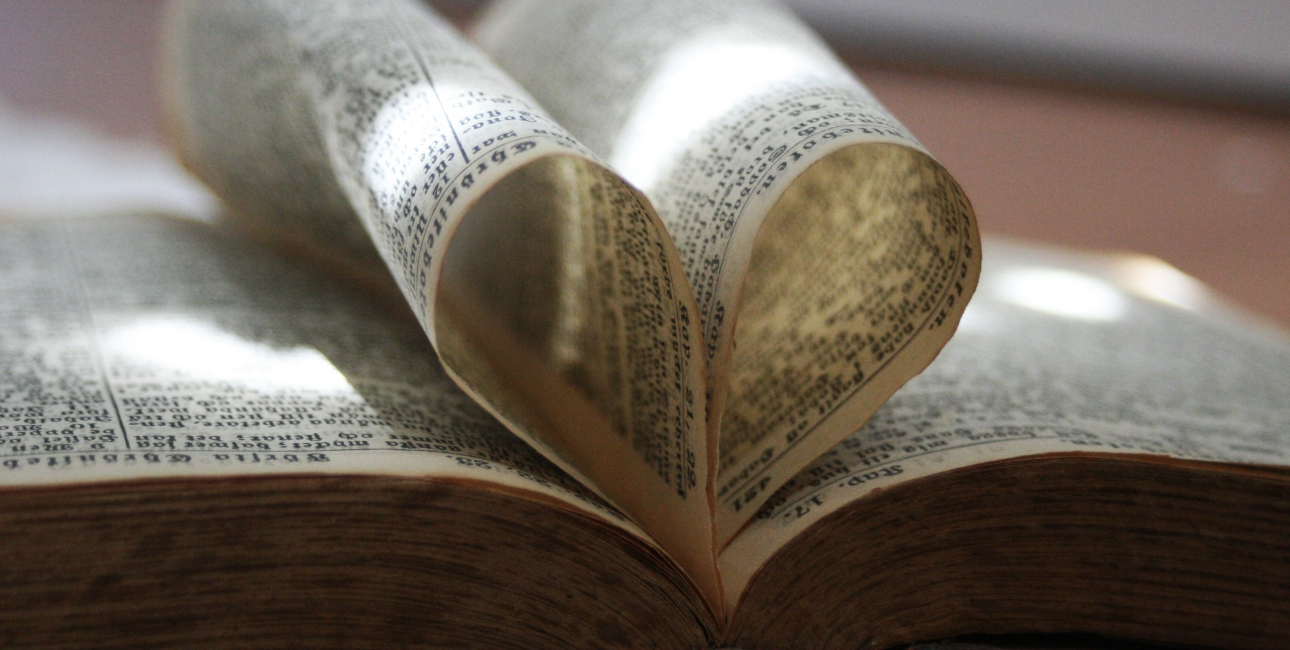Bibel, hjerte. Foto: Colourbox.